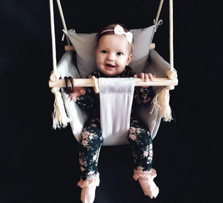Niemowlę i huśtawka. Od kiedy dziecko może się huśtać?